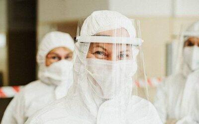 Infirmières et médecins qui remettent la blouse après la retraite, pour aider les équipes médicales